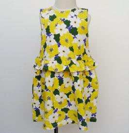 黄色い花柄のノースリーブワンピース