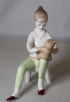 Mädchen / Kind mit Teddybär von Aquincum