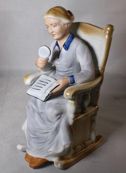 Frau im Sessel mit Buch von ARPO