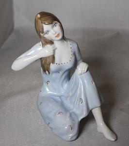 Porzellan Frau sitzend mit blauem Kleid