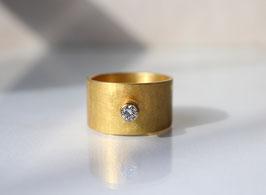 breiter Bandring aus 900 Gold mit Diamant