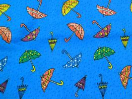 Paraguas sobre fondo azul.
