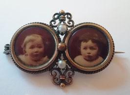 antike Brosche mit 2 Kinder-Portraits, vergoldet, 2 Perlen
