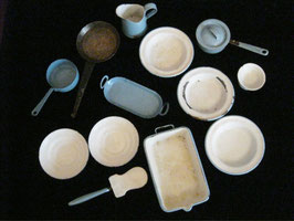altes Emaille-Puppengeschirr, blau/weiss u. 1 dunkle Pfanne, 13 Teile