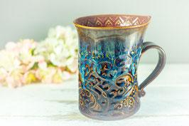 105 - Geschwungene Latte Macchiato Tasse in braun, blau, creme und pflaume