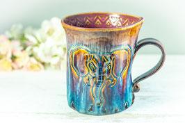 025 - Geschwungene Keramiktasse ELEFANT in braun, blau und pflaume