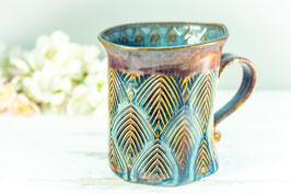 020 - Geschwungene Keramiktasse in braun, beige und blau