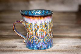 169 - Geschwungene Keramiktasse in braun, blau, creme und saphir innen