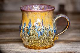 235 - Große Keramiktasse in braun mit Glitzer, blau, goldgelb und graulila