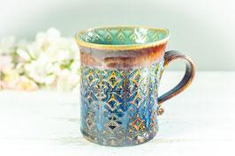 032 - Geschwungene Keramiktasse in braun, blau, creme und türkis