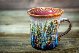 158 - Geschwungene Keramiktasse SCHMETTERLING in braun, blau, creme, pflaume