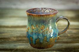 125 - Große Keramiktasse in braun, blau, kupfer und graulila