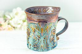 023 - Geschwungene Keramiktasse in braun, beige und merlot