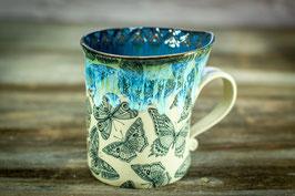 138 - Geschwungene Keramiktasse SCHMETTERLING in grünbeige, saphir