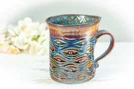 070 - Geschwungene Keramiktasse in braun, blau