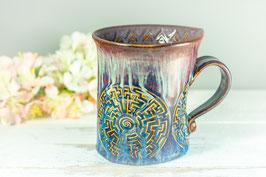 093 - Geschwungene Keramiktasse in LABYRINTH in braun, blau, creme und graulila
