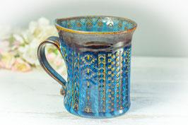 065 - Geschwungene Keramiktasse in braun, blau