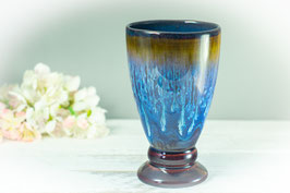 Becher (Bierglas, Sektglas oder Eisbecher) in braun, blau