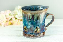098 - Geschwungene Keramiktasse CELTIC in braun, blau, saphir