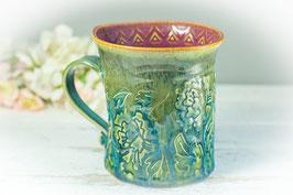035 - Geschwungene Keramiktasse in grün, türkis und pflaume