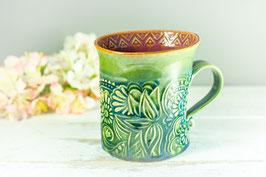 095 - Geschwungene Keramiktasse in grün, türkis und pflaume