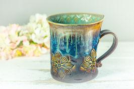 087 - Geschwungene Keramiktasse in braun, blau und türkis