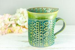 099 - Geschwungene Keramiktasse in grün, türkis