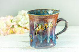 089 - Geschwungene Keramiktasse ECHSE in braun, blau