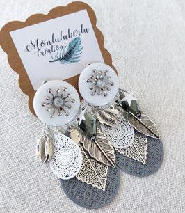 Boucles grises et blanches feuilles