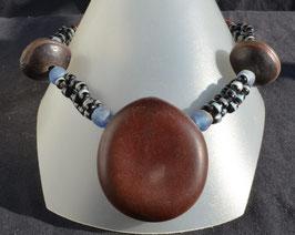 collier en perles noires et bleues, grosse graine d'entada et oeils de boeufs  : Bénin