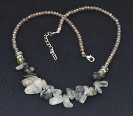 collier de pierres grises et blanches  :  Thailande