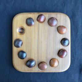 Jeu de targuy en bois et œil de bourrique artisanat : Togo