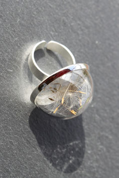 279 Ring gross mit echten Pusteblumen in einer Glashalbkugel