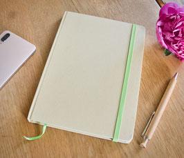 DIN A5 Notizbuch. 80 Blatt liniert. Recycelter Karton mit limettengrünem Lesebändchen und elastischem Verschlussband