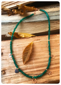 Girocollo in radice di smeraldo e charms in argento