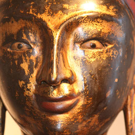 Großer roter Buddha mit Faltenwurf