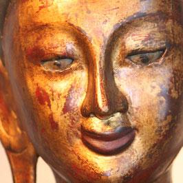 Großer roter Buddha mit Opferschale
