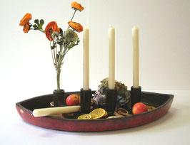Schale in Schiffform mit integrierten Kerzenhaltern