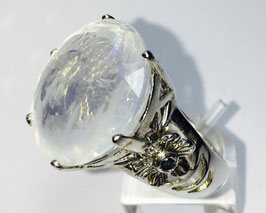 Ring with milky-quartz, 26,47 ct. and 2 small sapphire, 0,11 ct.
