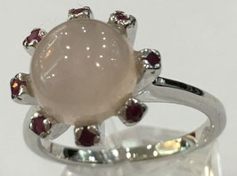 Ring with rose quartz, 3,81 ct. and 8 rubies, 0,26 ct.