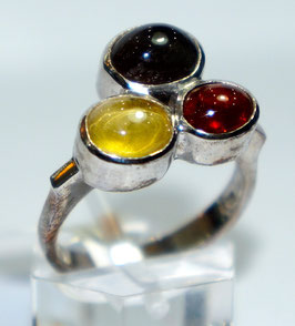 Ring with citrin, garnet and cateye