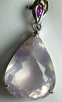 Pendant with rose quartz, 17,24 ct. and 2 small ruby,