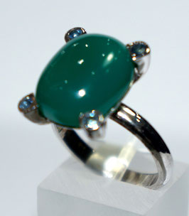 Ring with 12,38 ct. chalcedony an 4 blue sapphires