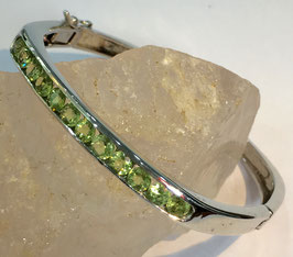 Bracelet with 12 peridots, 3,17 ct.