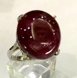 Ring with star-ruby cabochon, 24,07 ct.