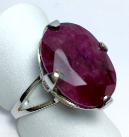 Ring with ruby, 17,67 ct. and 4 small rubys 0,10 ct.