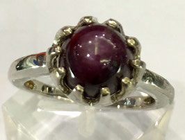 Ring with star-ruby cabochon, 4,68 ct.