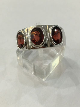 Ring with 3 garnet, 3,14 ct.