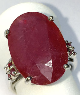 Ring with 1 ruby 15 ct. and 8 small rubys 0,27 ct.