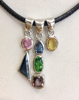 One of a kind handmade pendant with sapphires, ruby, spinel, tsavorit, 5,81 ct.